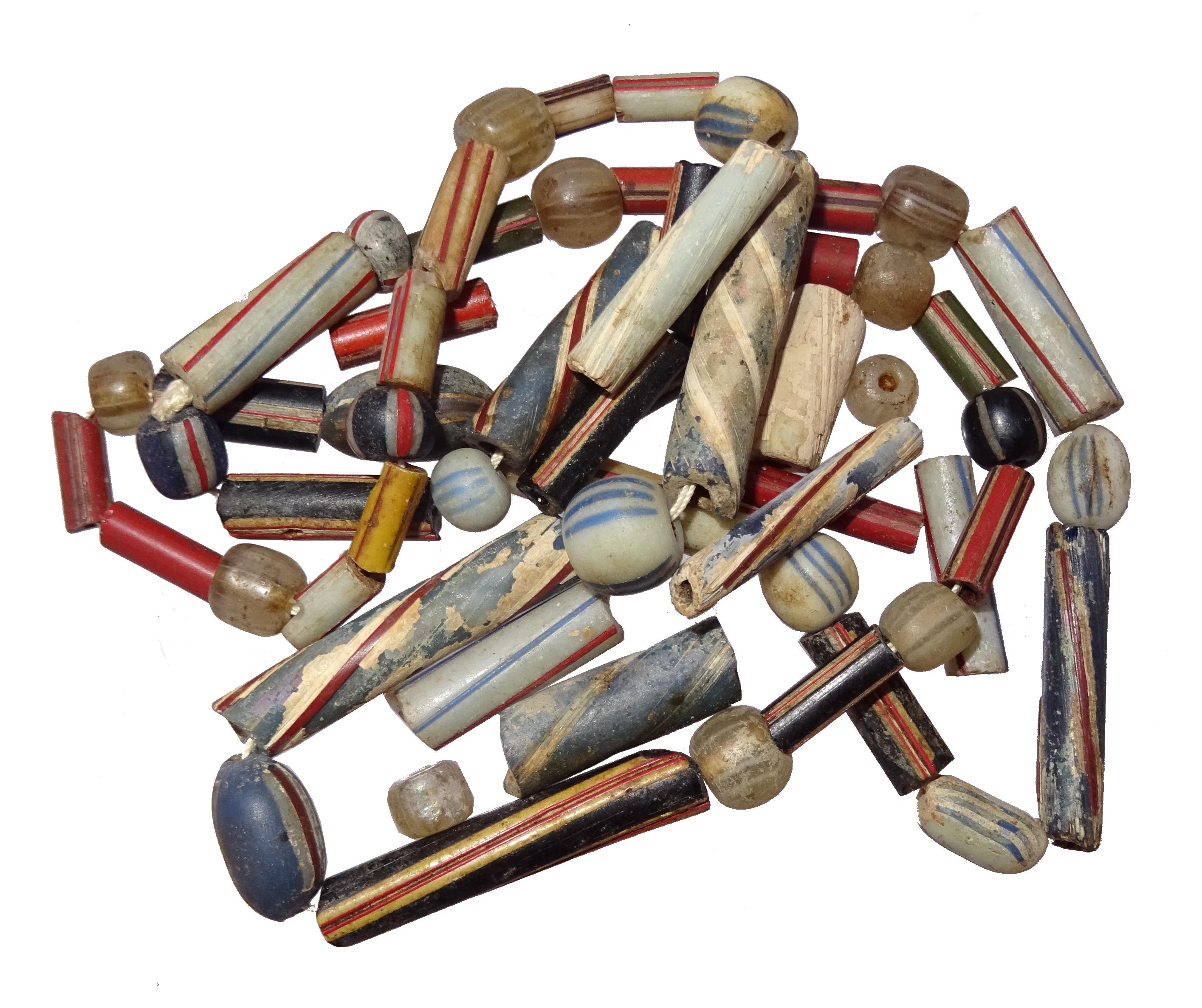 In de Middelburgse glasblazerijen werden ook kralen gemaakt; deze kralen zijn gevonden bij een opgraving in Middelburg (Erfgoed Zeeland).