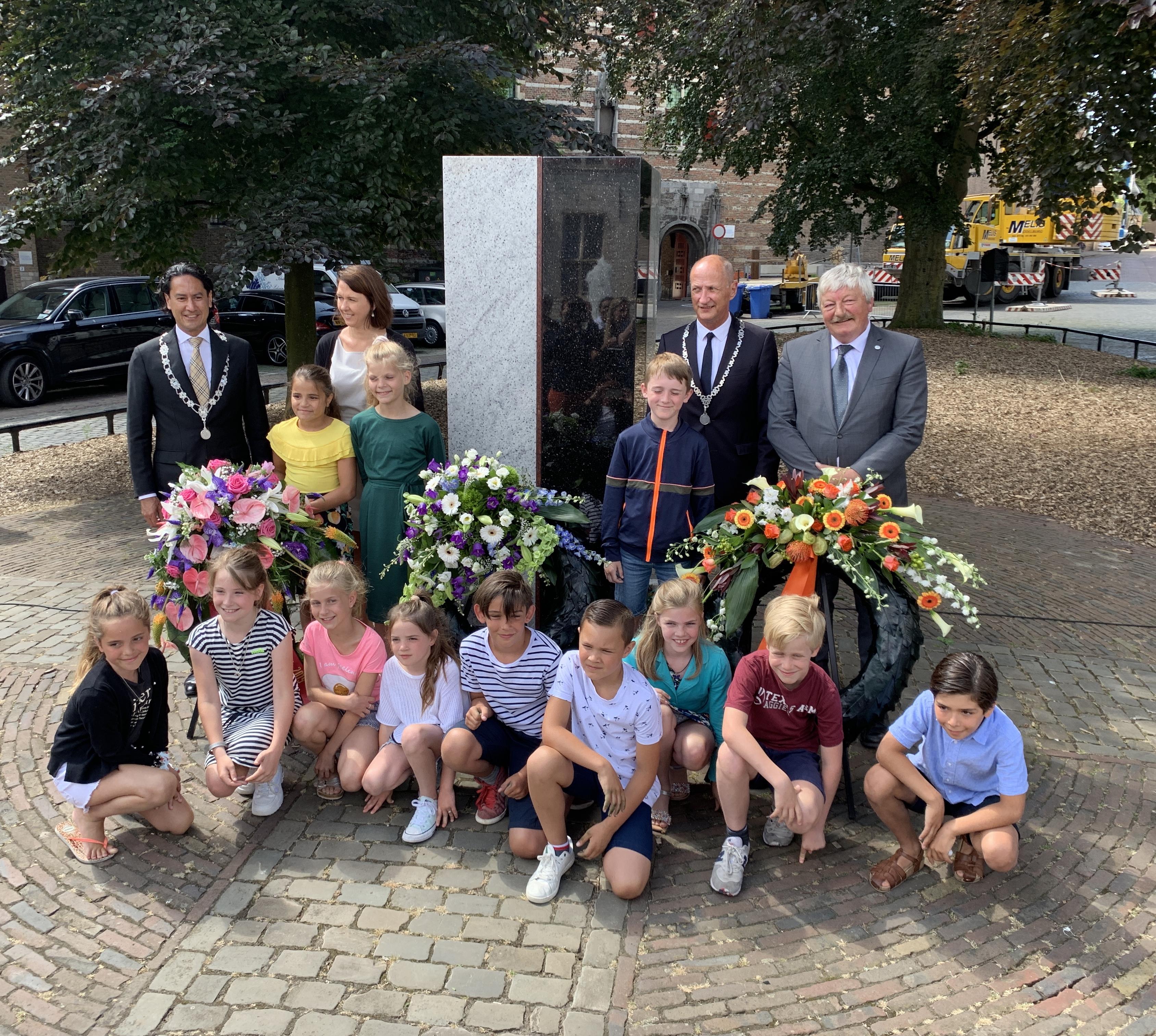 Keti Koti viering met kranslegging op 1 juli 2019, met bij het monument basisschoolleerlingen, gedeputeerde Anita Pijpelink, de burgemeesters van Middelburg en Veere en de wethouder van Vlissingen.