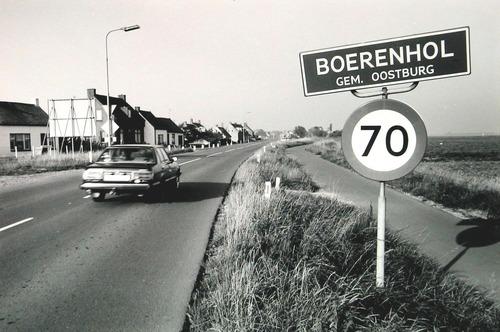 Provinciale weg met plaatsnaambord Boerenhol, 1985 (ZB, Beeldbank Zeeland, foto Wim Helm).