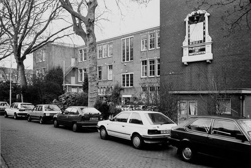 De zonnewijzer van Jan de Munck aan de gevel van de voormalige Ambachtsschool, Zuidsingel, Middelburg. Foto uit 1993 (ZB, Beeldbank Zeeland, foto W. Helm).
