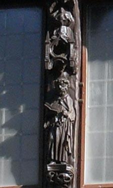 Houten beeldje van Petrus in de gevel van het huis Sint Pieter in Middelburg