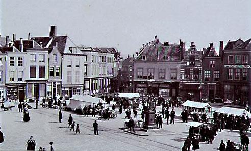 Zicht op een deel van de Grote Markt, Middelburg, gezien naar de Lange Delft tijdens een marktdag. Foto omstreeks 1894 (Zeeuws Archief, KZGW, Zelandia Illustrata, foto E. Helder).