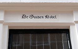 De Gouden Nobel, Sint-Janstraat. De naam van het huis staat boven de deur. Foto uit 2010.
