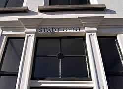 Bovenlicht met eenvoudige roedeverdeling, boven de deur van <em>Stadt Gent</em> aan de Londensekaai in Middelburg (2010)