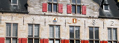 Gewone muurankers met rechte schieters en muurankers in de vorm van jaarcijfers op de Sint Joris Doelen aan de Balans in Middelburg