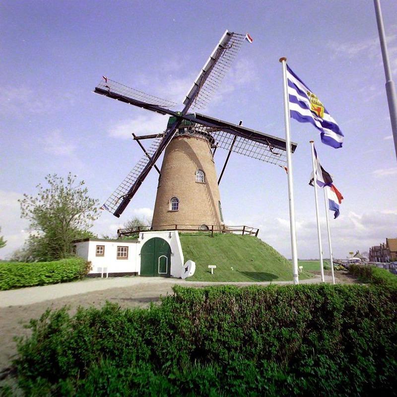 Molen Nooit Gedacht in Cadzand tijdens de feestelijke opening in 1981 (ZB, Beeldbank Zeeland, foto O. de Milliano).