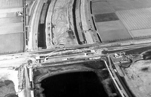 Schelde-Rijnkanaal en brug in aanbouw bij Sint-Philipsland, 1973