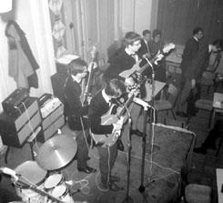 Opname van een live optreden van The Skybolts, met van links naar rechts: Piet Driessen, Ron van der Meer en Hans Helmich