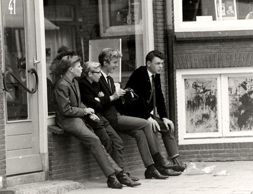 'Nozems' in een vensterbank aan de Walstraat/Kleine Markt in Vlissingen, omstreeks 1965. (Gemeentearchief Vlissingen, foto A. van Wyngen)