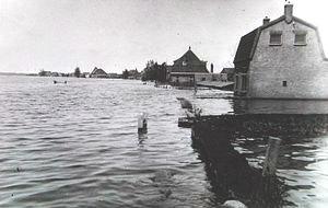 Foto uit 1945 van door Duitse troepen onder water gezet gebied, Nieuwerkerk