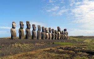 Bij Tongariki op Paaseiland staan vijftien enorme moai beelden op een rij (foto oktober 2008).