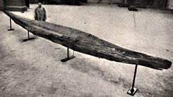 Een van de gevonden boomstamkano's, tentoongesteld in het Koninklijk Museum voor Kunst en Geschiedenis, Brussel, enkele jaren na de opgraving (Koninklijk Instituut voor het Kunstpatrimonium, Brussel)