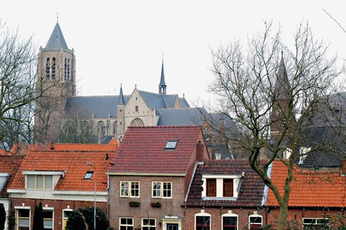 De Grote of Onze Lieve Vrouwekerk met de bakstenen toren, daterend van het einde van de vijftiende eeuw, torent hoog boven het stadje Tholen uit.