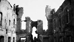 Geblakerde restanten van het Sluise stadhuis na de bevrijding in 1944