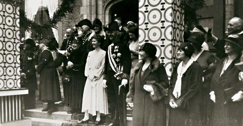 Sedert 1574 wordt de provincie Zeeland vanuit de Middelburgse Abdij bestuurd. Hier commissaris der Koningin jhr.mr. J.W. Quarles van Ufford tijdens een festiviteit in de Abdij in de jaren 1920