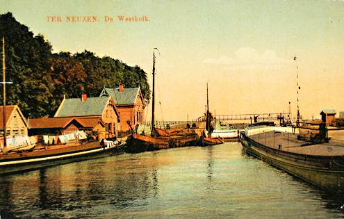 De Westkolk op een prentbriefkaart van omstreeks 1910. Koning Willem I besloot in 1823 dat de Sasse Vaart verlengd diende te worden naar Terneuzen. Daar werden twee sluizen gebouwd. Een van 8 meter en een van 12 meter breed.