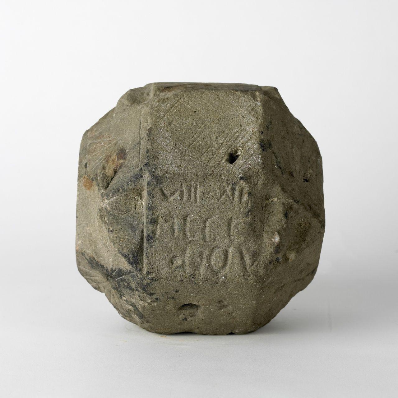 Stenen zonnewijzer gevonden in Sluis, circa 1700 (Zeeuws Museum, KZGW, foto Ivo Wennekes). Deze stenen zonnewijzer is een meervoudige zonnewijzer. Hij is gevonden in Sluis in een hoop stenen aan de rand van een weiland, naast de weg van Sluis naar Oostburg. Mogelijk is de zonnewijzer afkomstig uit een klooster. Hij is bijzonder vanwege zijn formaat: de steen is nog geen 20 centimeter breed. Het is een zandstenen regelmatig 26-vlak, een zogenaamde rombische cuboöctaeder. Hij heeft 18 vierkanten en 8 gelijkzijdige driehoeken als zijvlakken.