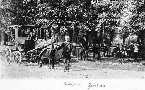 Koetsier poseert omstreeks 1900 op de plek van de huidige camping van Oranjezon (Zeeuws Archief, KZGW, Zelandia Illustrata)