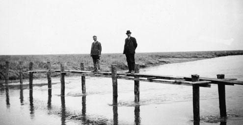 Bezoekers in het Verdronken Land van Saeftinghe omstreeks 1925. (Zeeuwse Bibliotheek, Beeldbank Zeeland)