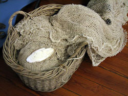 Mand met een keernet, zoals dat gebruikt wordt in de weervisserij op ansjovis. (Oosterschelde Museum, Yerseke)