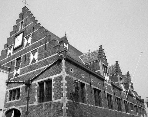De Stadsschuur, Middelburg, gezien vanuit het zuidoosten, 1980. Linksboven de (verticale) vlakke zonnewijzer. (Zeeuwse Bibliotheek, Beeldbank Zeeland, foto J. Wolterbeek)