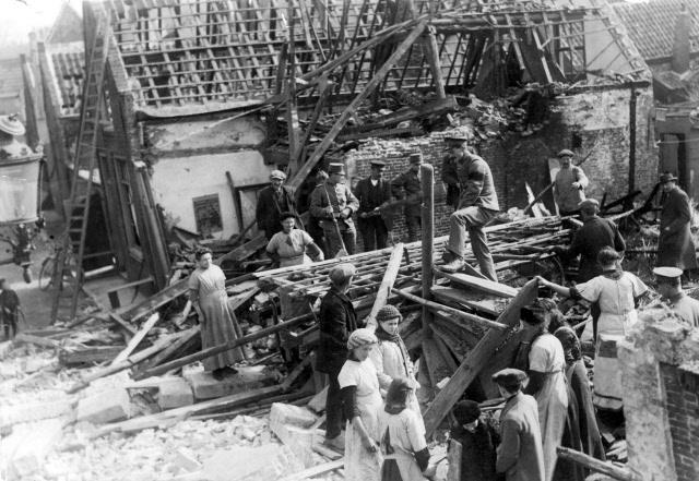 Verwoeste en verbrande huizen in de Molenstraat als gevolg van het abusievelijk afwerpen van zes bommen door de Engelsen (ZA, Beeldbank Gemeentearchief Schouwen-Duiveland).
