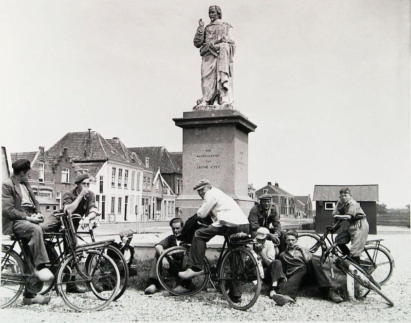 Standbeeld van Jacob Cats op het toen nog niet bestrate marktplein in Brouwershaven, circa 1954 (ZB, Beeldbank Zeeland).