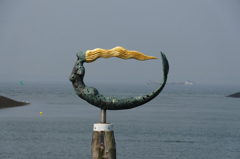 Zeemeermin in de haven van Wemeldinge, kunstwerk van Léon Vermunt (Beeldbank Provincie Zeeland, foto Xander Koppelmans).