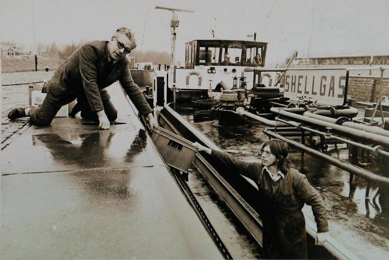 Parlevinker Eduard Mast aan het werk bij de sluizen van Hansweert, 1974. (ZB, Beeldbank Zeeland)