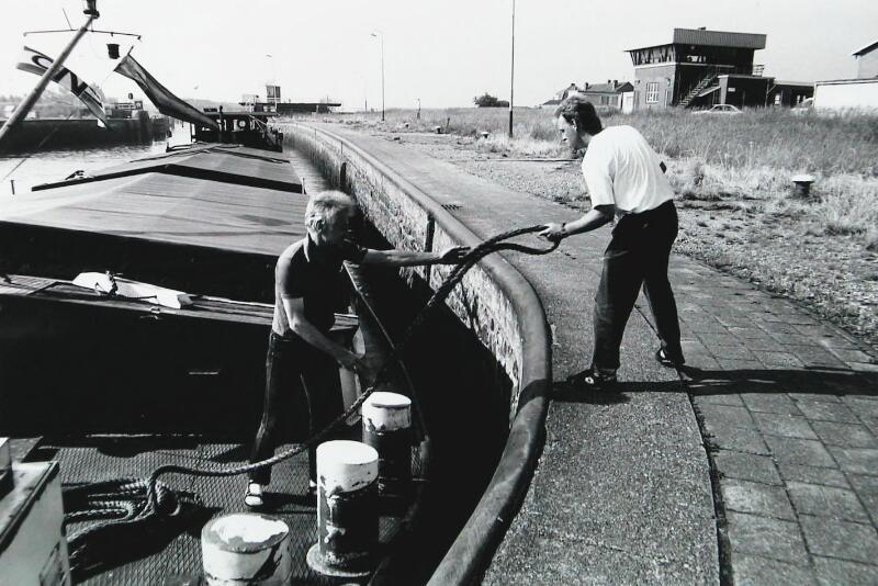 Aanmeren van binnenvaartschip 'Lenzburg' in de grote sluis van Wemeldinge, 1993. (ZB, Beeldbank Zeeland)