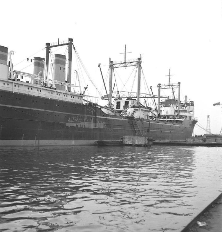 Walvisfabriekschip <em>Willem Barendsz</em>, omstreeks 1955 (ZB, Beeldbank Zeeland, foto H. Defesche).
