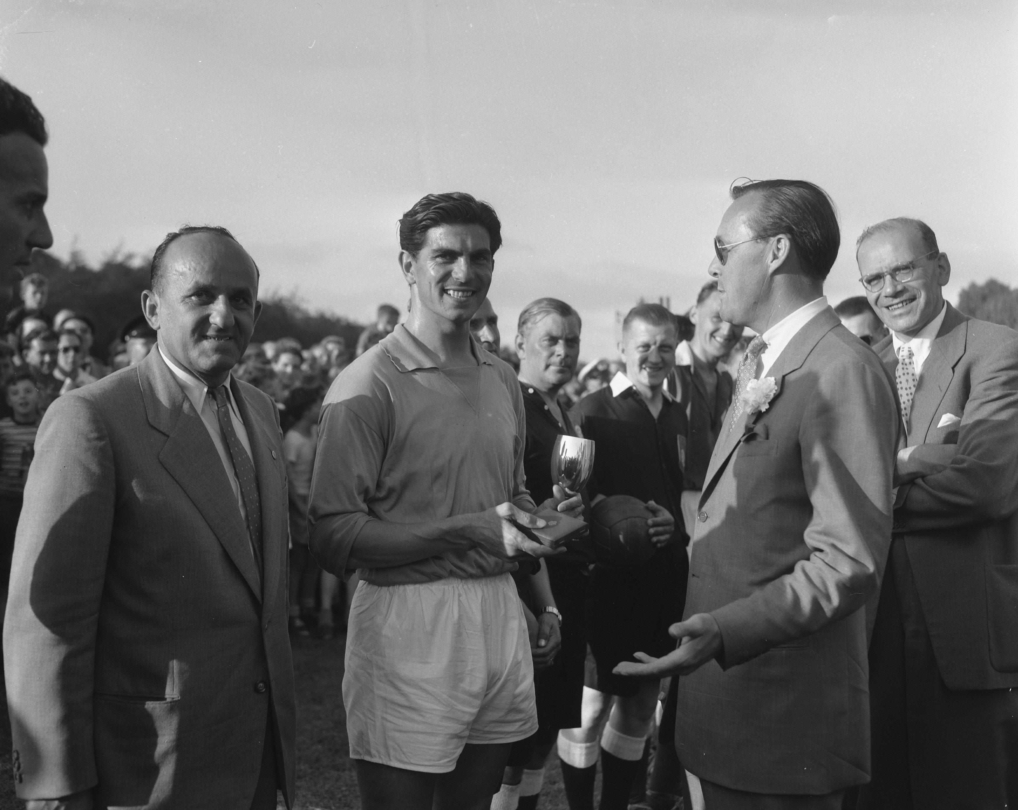 Alkmaar tegen Fortuna '54 om de Prins Bernhardbeker. Sportveld Paleis Soestdijk. Prins Bernhard met Frans de Munck. (Foto Harry Pot/Anefo, 1956, Nationaal Archief)