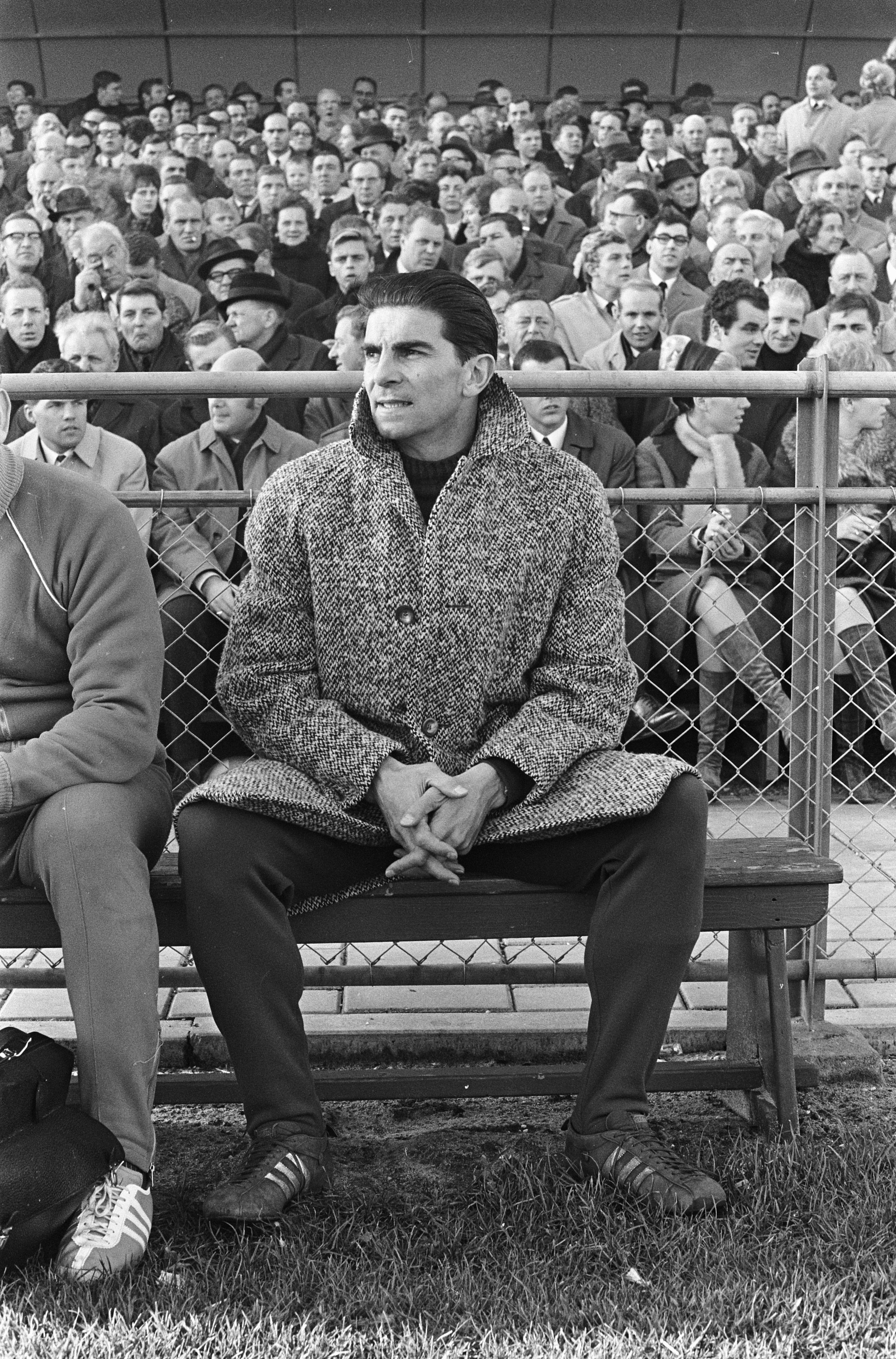 Frans de Munck als trainer op de bank (foto P. Jongerhuis/Anefo, 1957, Nationaal Archief).