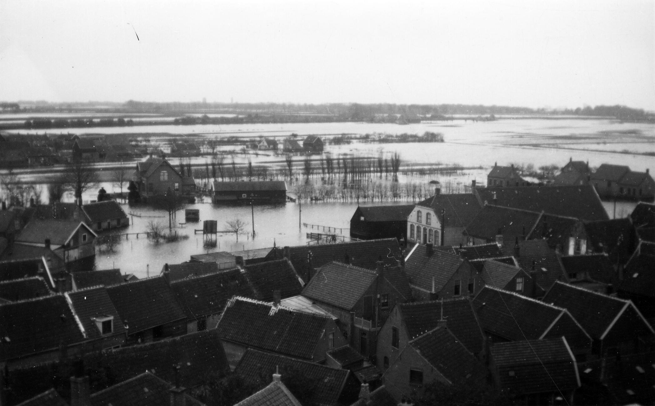 De geïnundeerde omgeving van het ringdorp Dreischor. De foto is vanaf de toren van de Adriaanskerk genomen. (Museumboerderij Goemanszorg)