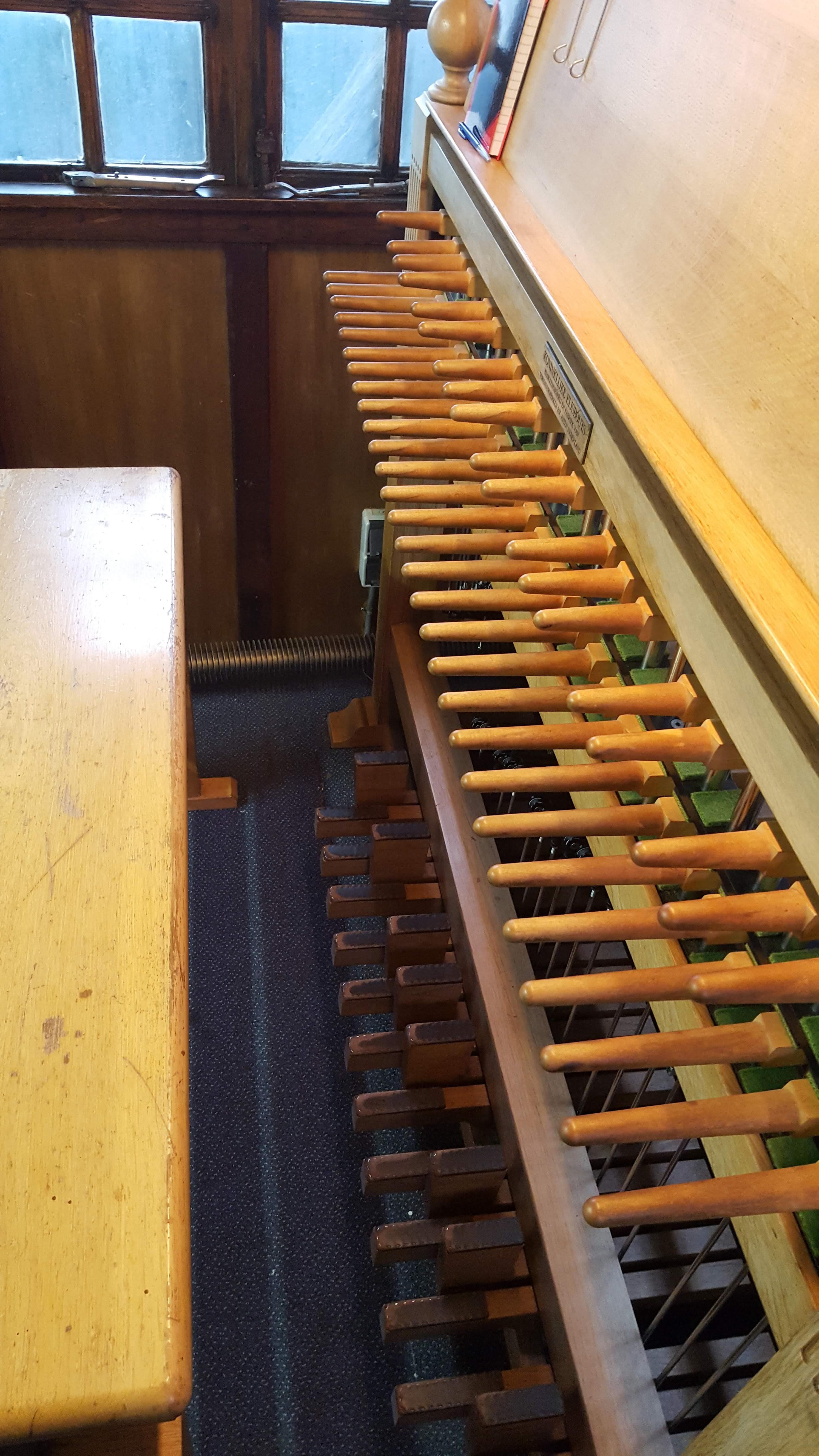 Het beiaardklavier, met een manuaal of stokkenklavier en een pedaal of voetklavier (foto Janno den Engelsman). Dit klavier staat in de Lange Jan in Middelburg.