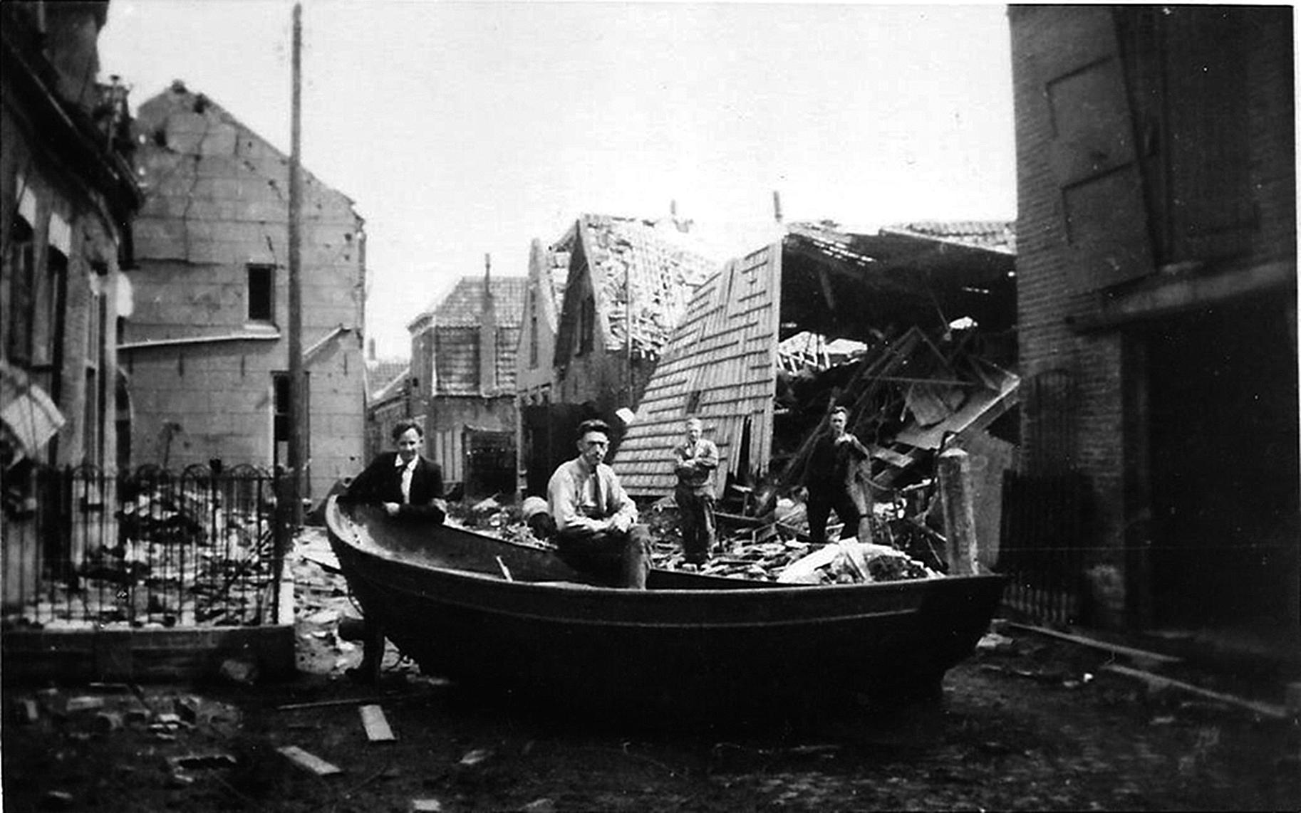 Bruenaars inspecteren de schade na het bombardement van 5 januari 1945 (Brusea).