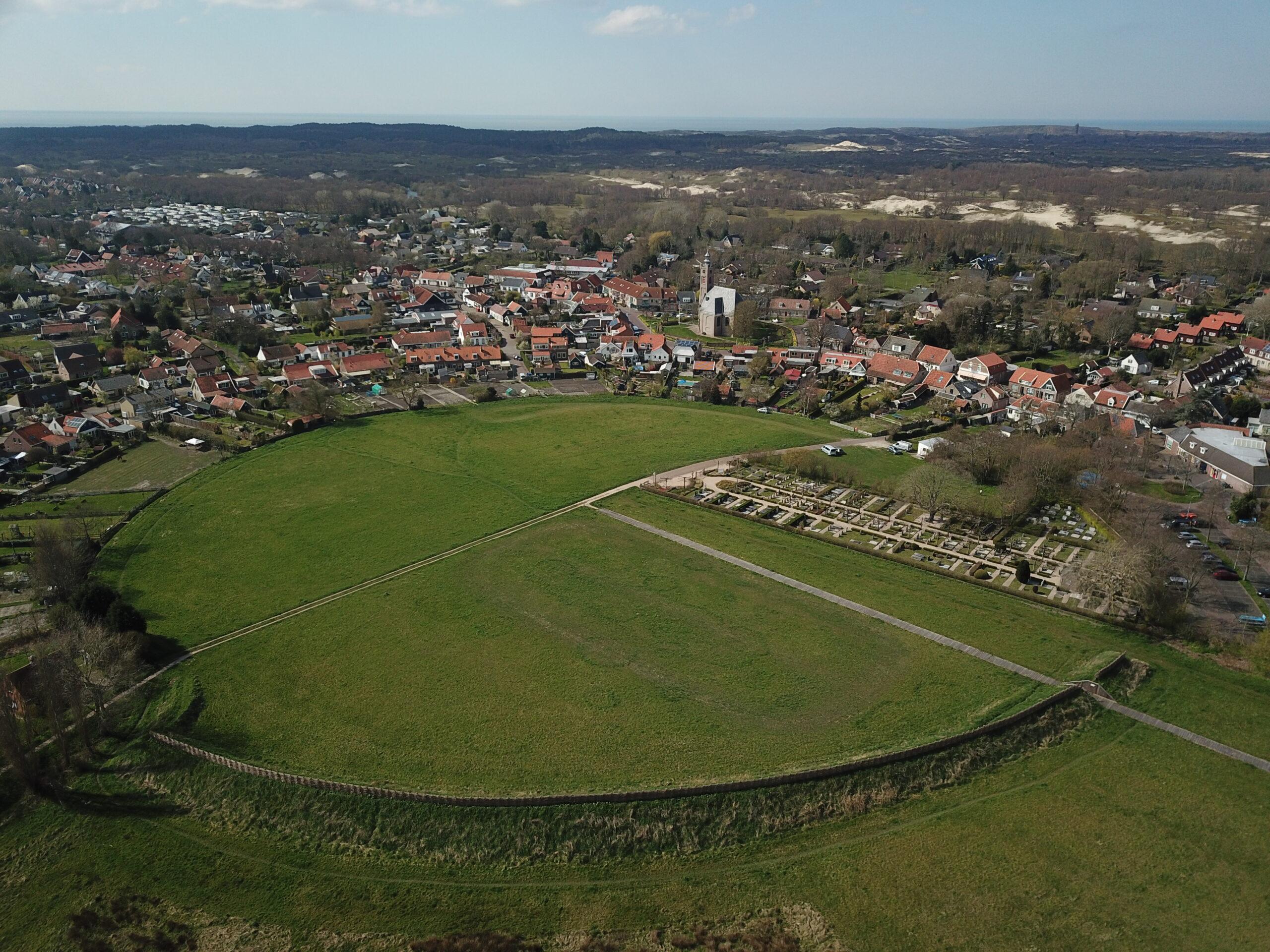Gereconstrueerde ringwalburg in Burgh (foto Staatsbosbeheer, www.beeldbank.zeeland.nl).