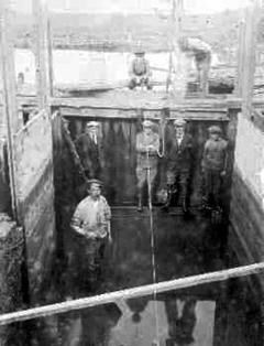 Werkers aan het gemaal Den Osse op Schouwen-Duiveland op een foto uit 1927 (foto voormalig Waterschap Zeeuwse Eilanden)