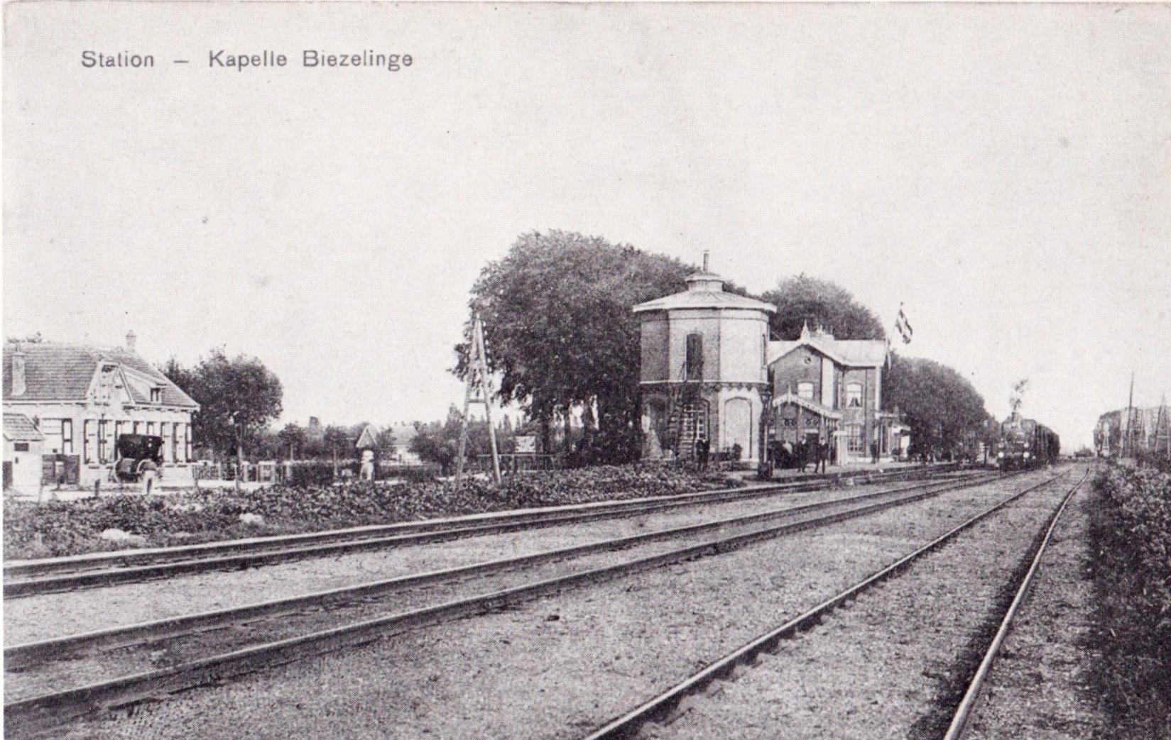 Het watertorentje bij het station van Kapelle (fotoansicht, vóór 1930).