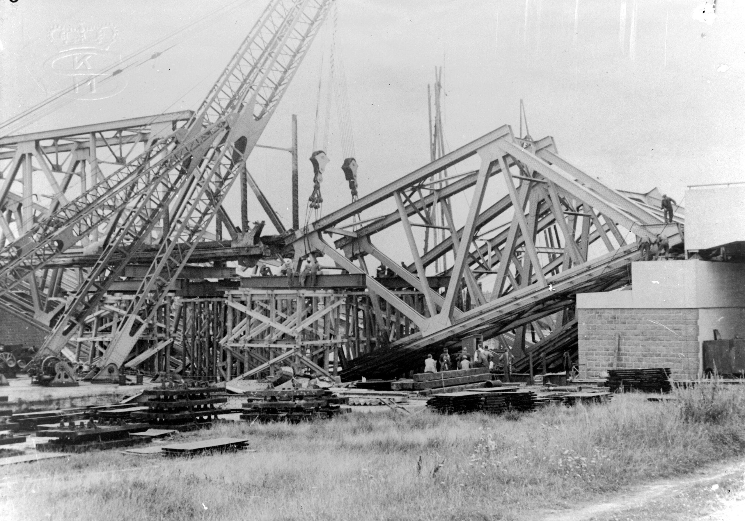 De vernielde spoorbrug bij Vlake wordt gelicht, augustus 1940 (Zeeuws Archief, Kon. Mij. De Schelde, coll. 7513, nr. 5332).