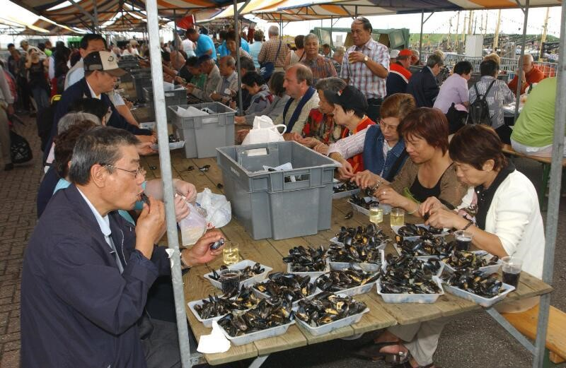 Mosselen eten tijdens visserijfeesten in Yerseke, 2005 (ZB, Beeldbank Zeeland, foto J. Wolterbeek).