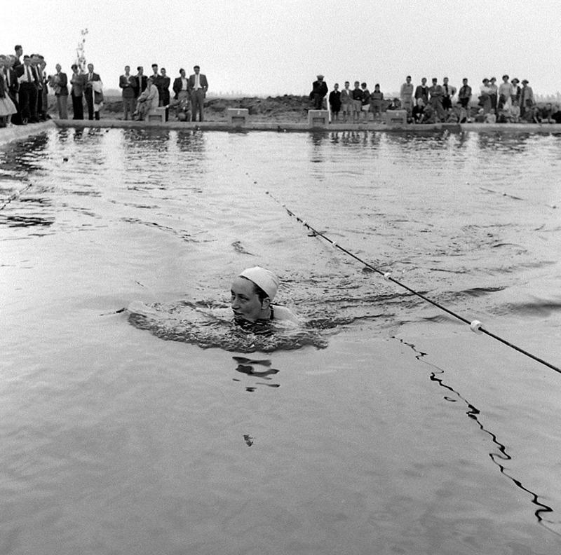 Opening zwembad in Aardenburg, 1951. Europees kampioene Raymonda Vergauwen trekt het eerste baantje. (ZB, Beeldbank Zeeland, rec.nr. 32143)