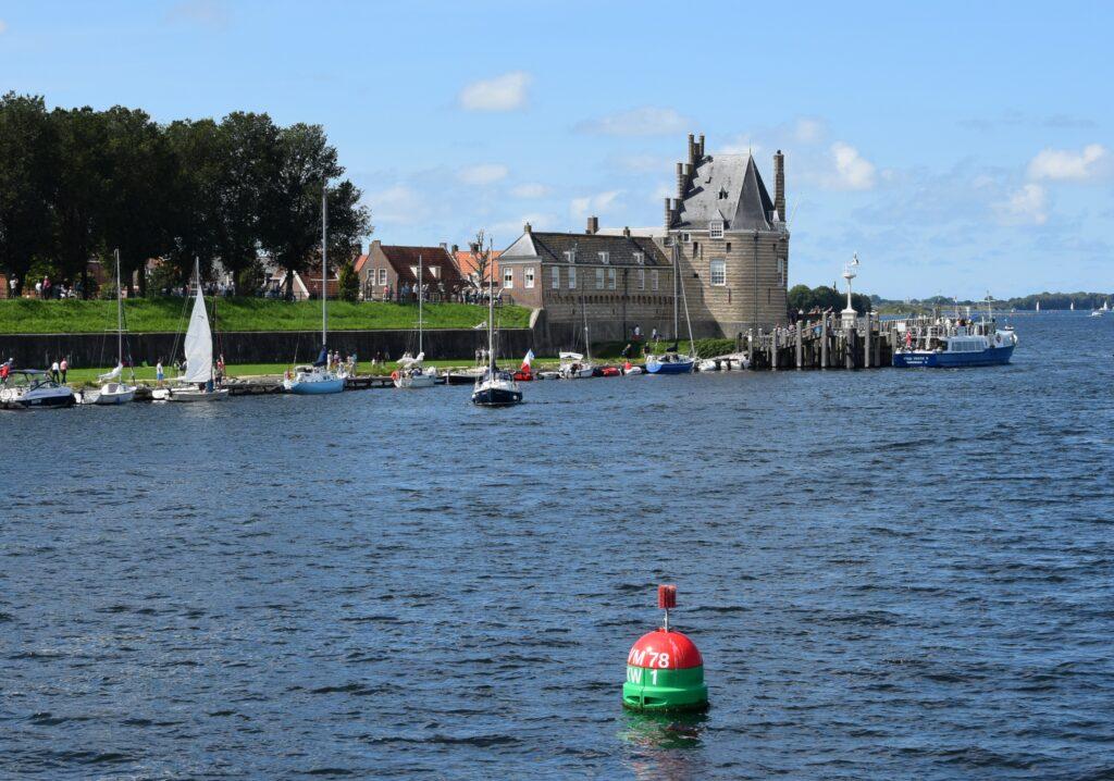 Gezicht op de Campveerse Toren in Veere vanaf het Veerse Meer (foto H.M.D. Dekker).