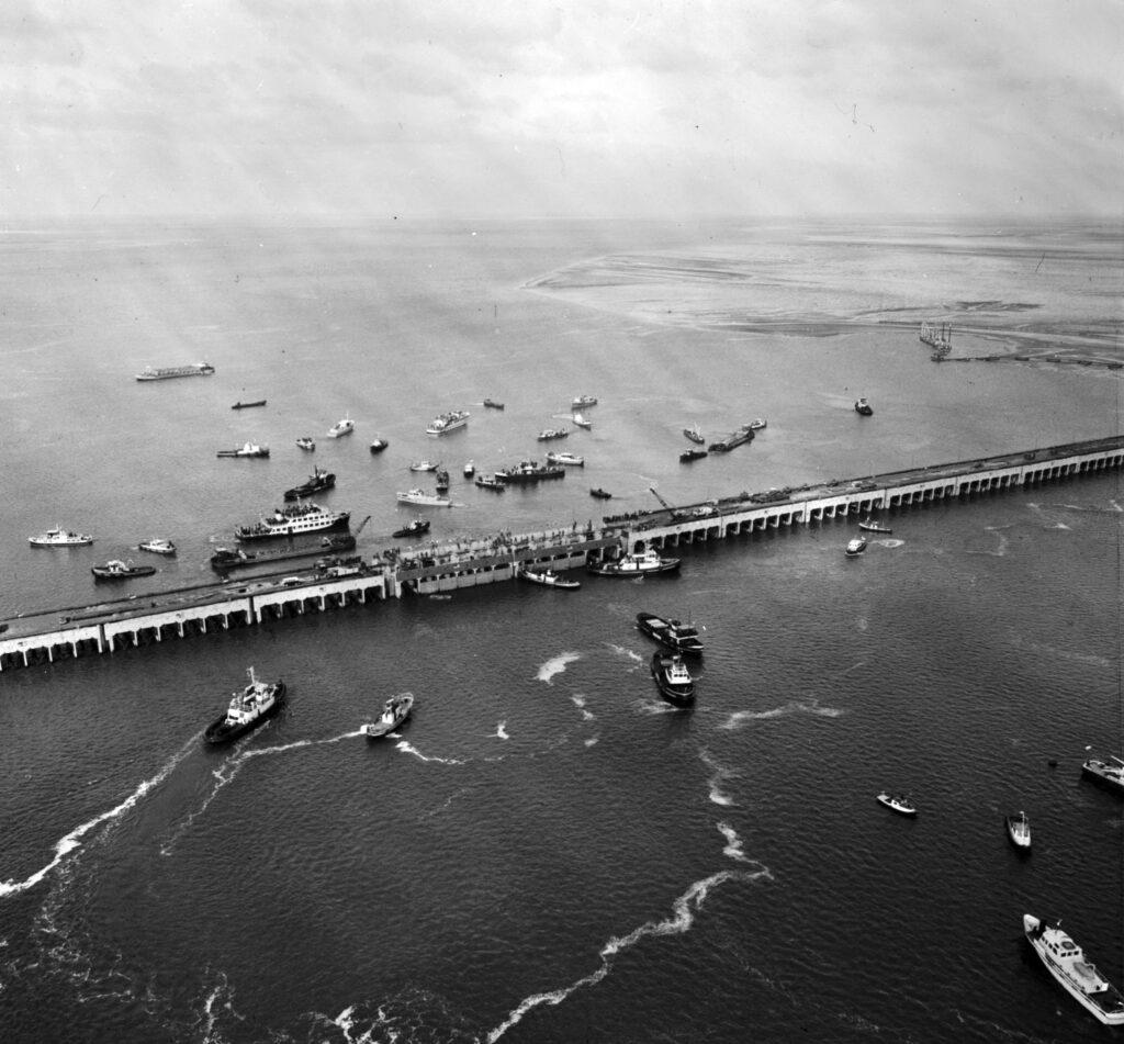 Sluiting van de Veerse Gatdam, 27 april 1961 (Beeldbank Rijkswaterstaat).