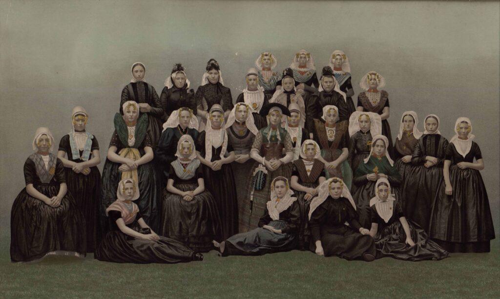 Vrouwen in verschillende Zeeuwse drachten, getoond aan koningin Wilhelmina en koningin-regentes Emma, ter gelegenheid van hun bezoek aan Zeeland op 21 augustus 1894 (Gemeentearchief Schouwen-Duiveland, Beeldbank Schouwen-Duiveland, E. Helder).