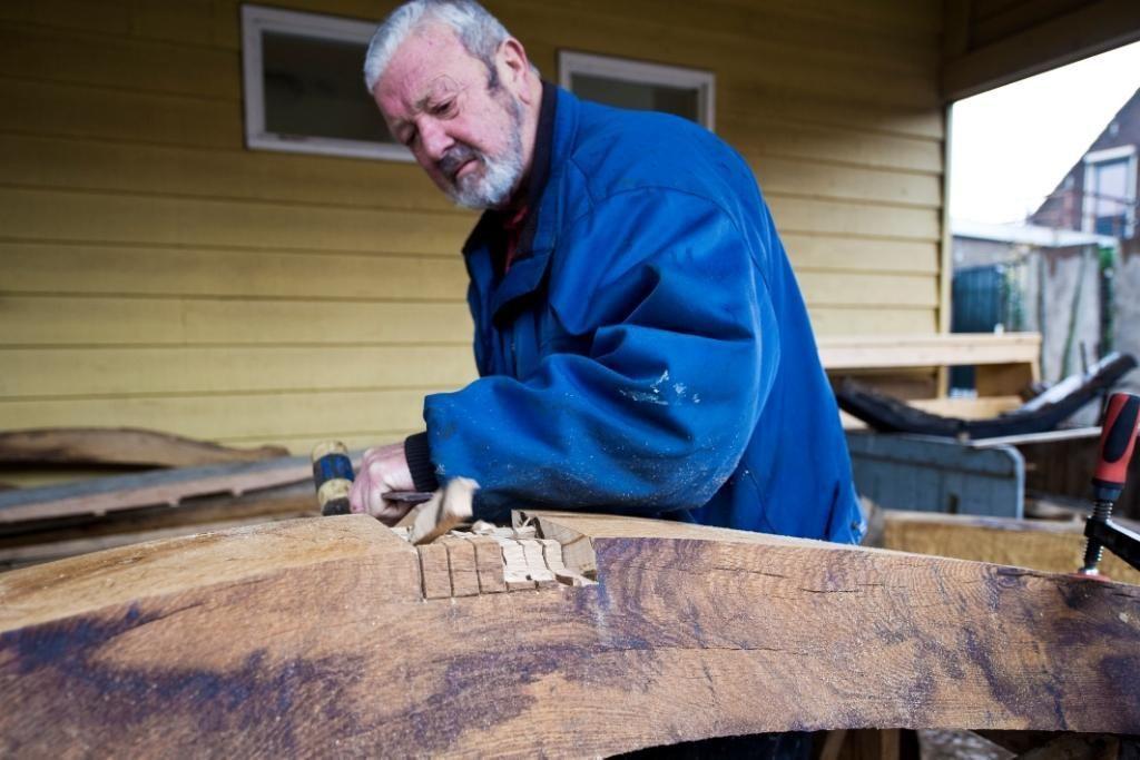 Scheepsbouwer aan het werk (beeldbank.zeeland.nl, foto Felice Buonadonna).