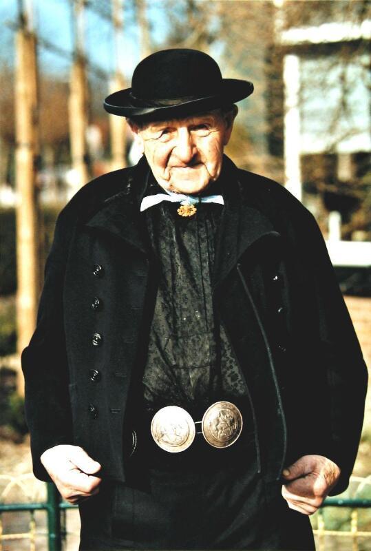 Pieter Verhage, de laatste man in Walcherse dracht (ZB, Beeldbank Zeeland, foto W. Helm).