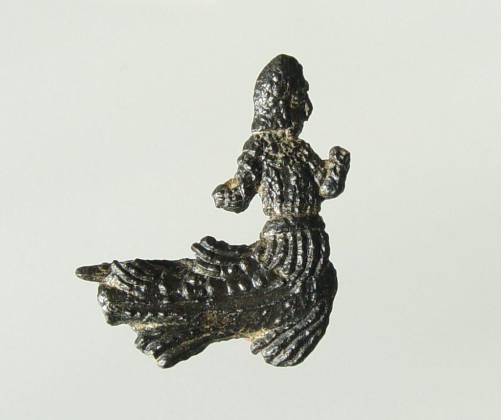 Lood-tinnen profane broche, met de afbeelding van een zeemeerman, gevonden te Westenschouwen, datering 1400-1450 (Gemeentelijke Musea Zierikzee).