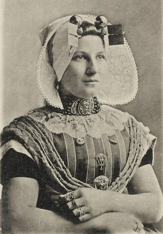 Protestantse vrouw uit Zuid-Beveland, circa 1890 (particuliere collectie). Ze draagt diverse sieraden, zoals een groot filigrain voorslot, borstzeugen met bijbehorende zijspelden en allerlei Zeeuwse ringen.
