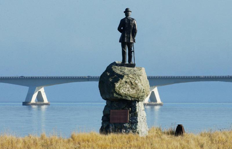 Standbeeld van De Rijke bij de haven in Colijnsplaat (ZB, Beeldbank Zeeland, foto J. Wolterbeek).